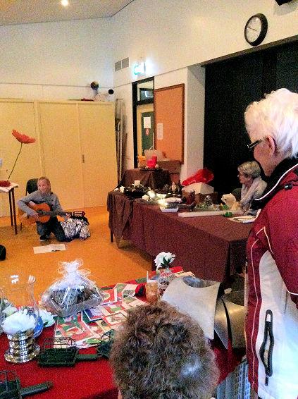 En haar zusje verrast ons met een paar prachtige kerstliedjes op de gitaar. Heel bijzonder.
